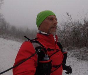 Laufen im winterlichen Wald