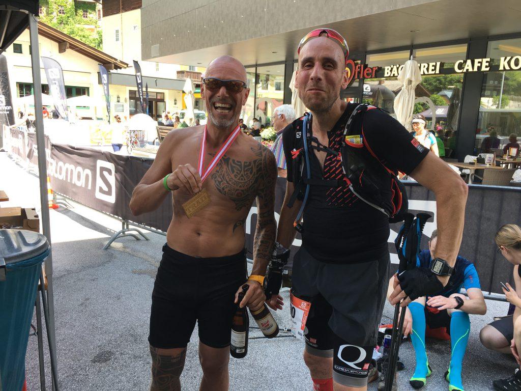 Stefan kurz vorm weiterlaufen, ich mit Finisher Medaille und Finisher Bier